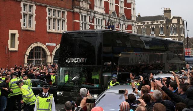 Na snímke fanúšikovia West Hamu United hádžu plechovku s nápojom do autobusu mužstva Manchestru United pred dohrávkou 35. kola anglickej futbalovej Premier League West Ham United - Manchester United