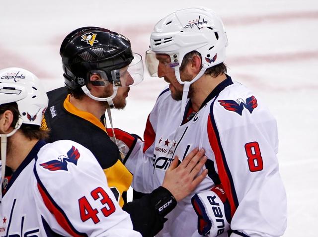 Na snímke kapitán Washingtonu Alex Ovečkin (vpravo)