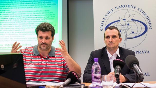 Na snímke vľavo lektor, právnik Slovenského národného strediska pre ľudské práva (SNSĽP) Tomáš Földes, vpravo výkonný riaditeľ SNSĽP Marian Mesároš