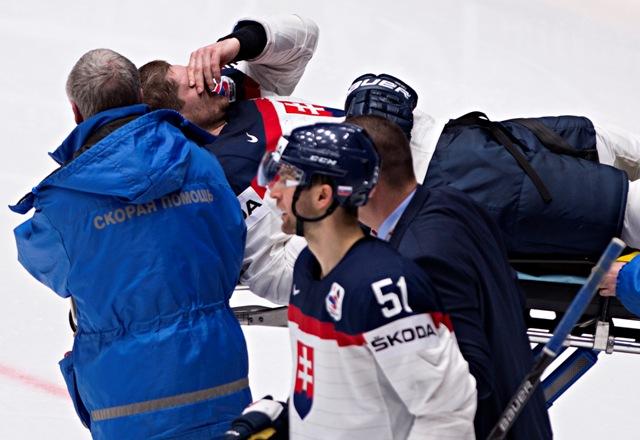 Na snímke na nosidlách odnášajú zraneného Michala Sersena (Slovensko) v zápase základnej B-skupiny majstrovstiev sveta v ľadovom hokeji Slovensko - Bielorusko v ruskom Petrohrade