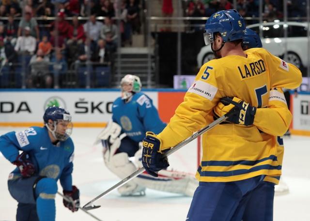 Švédsky hráč Adam Larsson oslavuje svoj gól v zápase A-skupiny MS v hokeji Švédsko - Kazachstan v Moskve