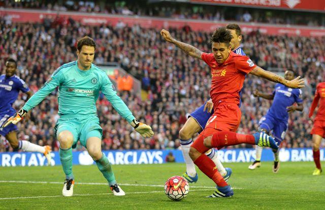 Na snímke vvpravo hráč Liverpoolu Roberto Firmino strieľa na bránu v dohrávke anglickej futbalovej Premier League FC Liverpool - FC Chelsea