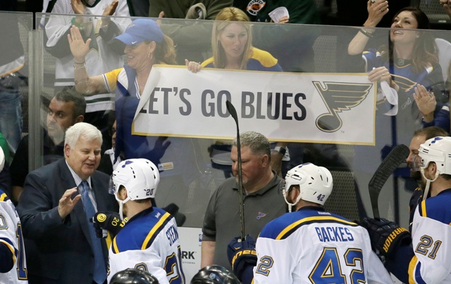 Tréner St. Louis Blues David Backes (vľavo) sa teší so svojimi zverencami po skončení siedmeho rozhodujúceho zápasu semifinále Západnej konferencie zámorskej NHL Dallas Stars - St. Louis Blues