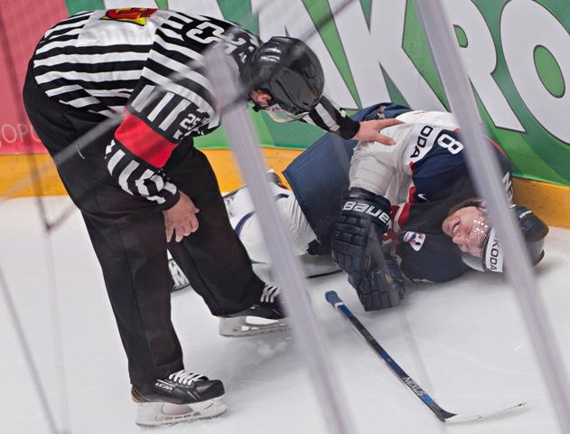 Na snímke vpravo zranený slovenský reprezentant Michal Sersen v zápase základnej B-skupiny majstrovstiev sveta v ľadovom hokeji Slovensko - Bielorusko (2:4) v ruskom Petrohrade