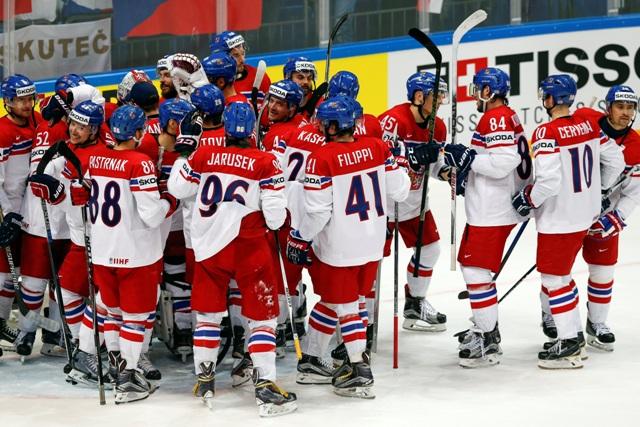 Na snímke českí hokejisti oslavujú víťazstvo 7:0 v zápase A-skupiny hokejových MS ČR - Nórsko v Moskve