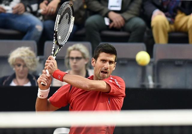 Na snímke srbský tenista Novak Djokovič postúpil do štvrťfinále na turnaji ATP Masters v Ríme po víťazstve nad Brazílčanom Thomazom Belluccim 0:6, 6:3, 6:2