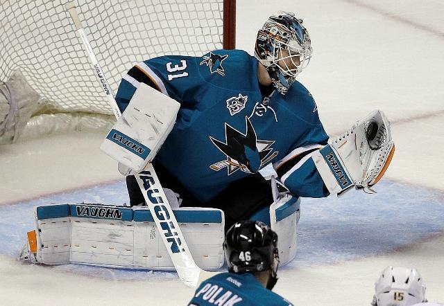 Na snímke brankár San Jose Sharks Martin Jones v akcii v rozhodujúcom siedmom zápase semifinále Západnej konferencie zámorskej hokejovej NHL San Jose - Nashville