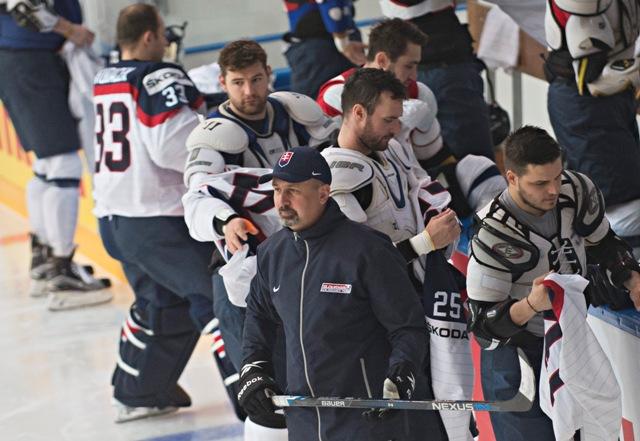 Na snímke v popredí tréner Zdeno Cíger, za ním zľava Július Hudáček, Andrej Meszároš, Marek Viedenský a Patrik Lušňák