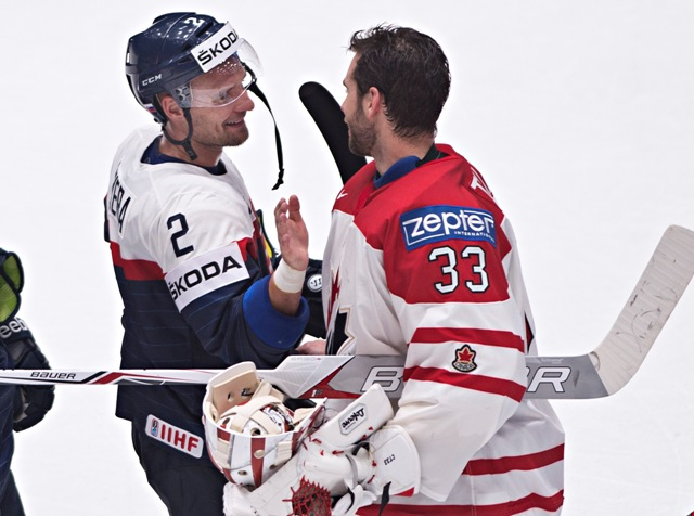 Na snímke spoluhráči zámorského tímu NHL Edmontonu Oilers vľavo Slovák Andrej Sekera a vpravo Kanaďan Cam Talbot po zápase B-skupiny hokejových MS Slovensko - Kanada (0:5) v Petrohrade