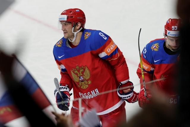 Na snímke ruský útočník Alexander Ovečkin sa usmieva v zápase A-skupiny hokejových MS Rusko - Švajčiarsko (5:1) v Moskve