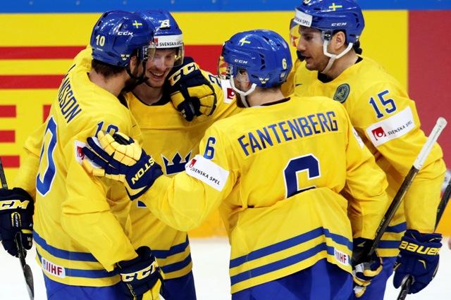 Na snímke švédski hokejisti oslavujú gól v zápase A-skupiny hokejových MS Nórsko - Švédsko v Moskve