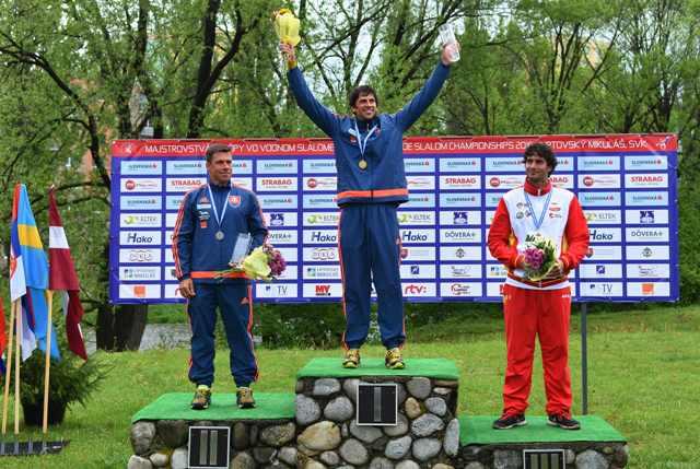 Na snímke uprostred slovenský reprezentant vo vodnom slalome Alexander Slafkovský sa stal majstrom Európy v C1 v Liptovskom Mikuláši 14. mája 2016. Druhý skončil jeho krajan Michal Martikán (vľavo), tretí Španiel Ander Elosegi (vpravo)