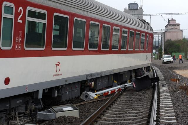 Na snímke vykoľajený vlak