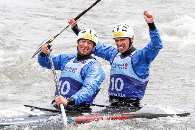 Na snímke slovenskí reprezentanti Tomáš Kučera (vľavo) a Ján Bátik sa tešia z víťazstva  v kategórii C2 muži po finálovej jazde počas majstrovstiev Európy vo vodnom slalome v Areáli vodného slalomu Ondreja Cibáka v Liptovskom Mikuláši