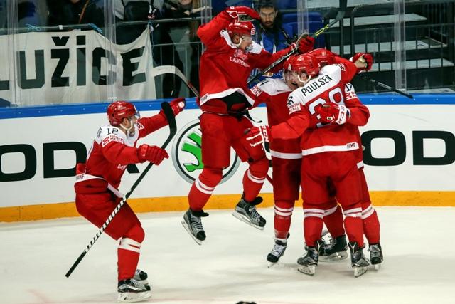 Na snímke hokejisti Dánska oslavujú víťazstvo 2:1 po samostatných nájazdoch nad Českom v zápase A-skupiny hokejových MS Dánsko - ČR v Moskve