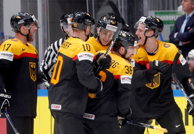 Na snímke hokejisti Nemecka oslavujú víťazstvo 3:2 v zápase B-skupiny hokejových MS Nemecko - USA v Petrohrade