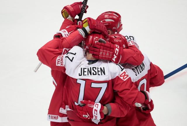 Dánsky hráč Nicklas Jensen (v strede) oslavuje so spoluhráčmi gól do bránky Kazachstanu v zápase A-skupiny Dánsko - Kazachstan na MS v hokeji v Moskve