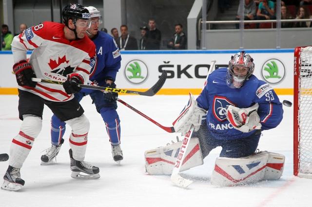 Kanadský hokejista Boone Jenner (vľavo), francúzsky brankár Ronan Quemener v zápase základnej B-skupiny na MS v ľadovom hokeji v Petrohrade