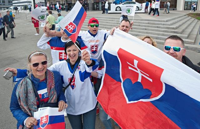 Na snímke slovenskí fanúšikovia pred zápasom základnej B- skupiny Majstrovstiev sveta v ľadovom hokeji medzi USA a Slovenskom