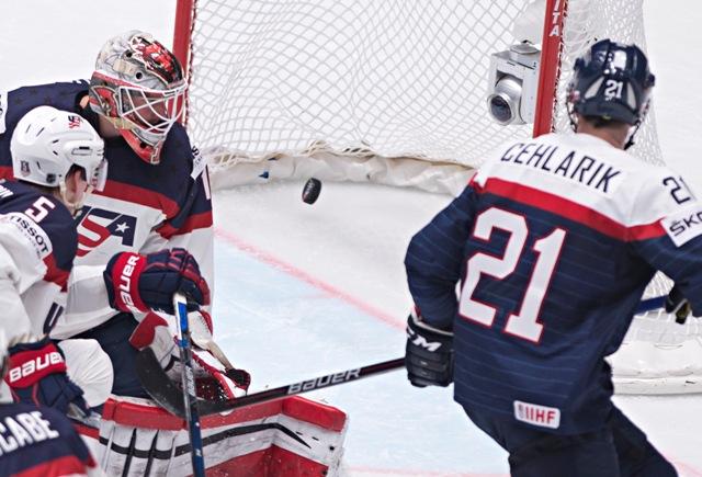 Na snímke gól po strele Slováka Christiana Jaroša, vpravo sa pozerá Peter Cehlárik (Slovensko), vľavo Connor Murphy a prekonaný brankár Keith Kinkaid (obaja USA) v zápase základnej B - skupiny Majstrovstiev sveta v ľadovom hokeji medzi USA a Slovenskom