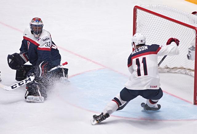 Na snímke vyrovnávajúci gól na 1:1 strieľa Brock Nelson (USA) do brány Júliusa Hudáčka (Slovensko) v  zápase základnej B - skupiny Majstrovstiev sveta v ľadovom hokeji medzi USA a Slovenskom