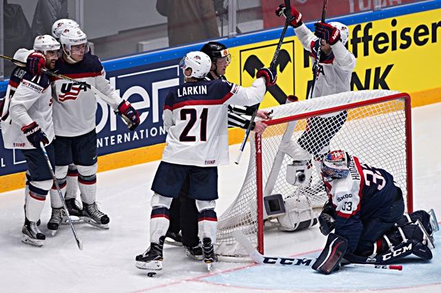 Na snímke vpravo prekonaný Július Hudáček (Slovensko) sleduje gólová radosť hráčov USA v zápase základnej B - skupiny Majstrovstiev sveta v ľadovom hokeji medzi USA a Slovenskom