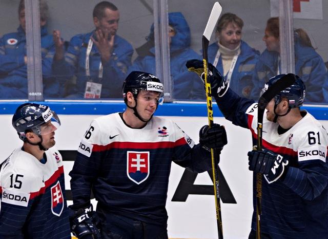 b9dba96095227 Na snímke zľava Ivan Švarný, strelec víťazného gólu v zápase Marko Daňo a  Marek Bartánus