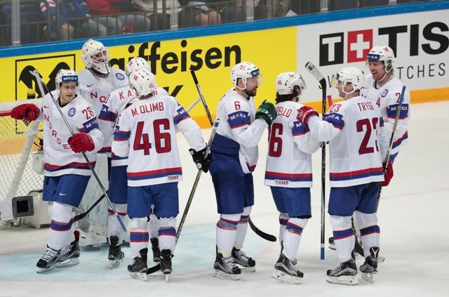 Nórski hráči oslavujú víťazstvo nad Lotyšskom v zápase A-skupiny Lotyšsko - Nórsko na MS v hokeji v Moskve