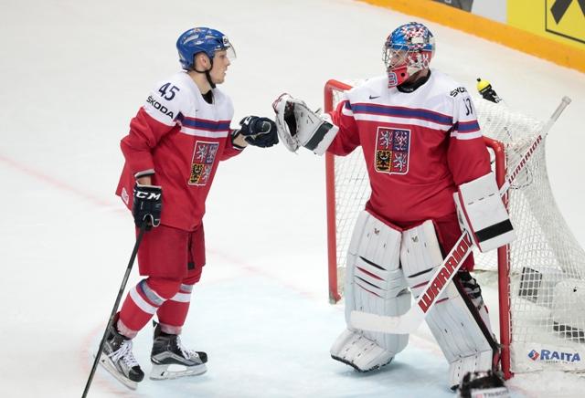 Na snímke českí hráči Radim Šimek (vľavo) s Pavel Francouz si gratulujú po víťazstve v zápase A-skupiny hokejových MS Česko - Švajčiarsko v Moskve