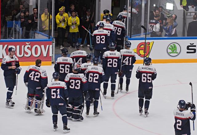 Na snímke smutní slovenskí hokejisti odchádzajú z ľadu po zápase základnej B - skupiny Majstrovstiev sveta v ľadovom hokeji medzi USA a Slovenskom