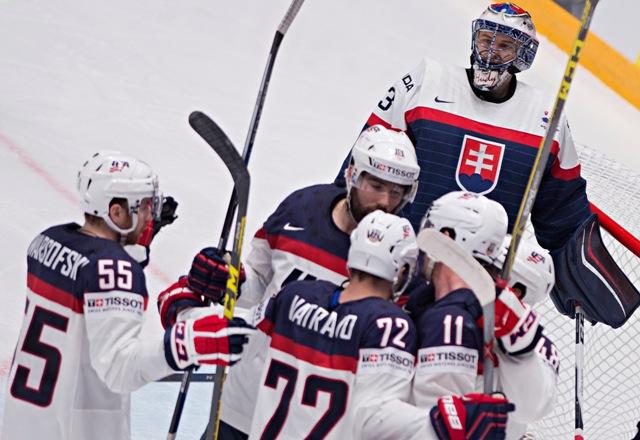 Na snímke v pozadí Július Hudáček (Slovensko) a v popredí gólová radosť hráčov USA na 1:1 v zápase základnej B - skupiny Majstrovstiev sveta v ľadovom hokeji medzi USA a Slovenskom