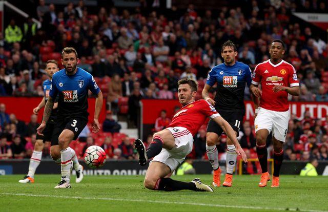 Futbalista Manchesteru United Michael Carrick (uprostred) v odloženom stretnutí nedeľného záverečného 38. kola najvyššej anglickej futbalovej súťaže Manchester United - Bournemouth