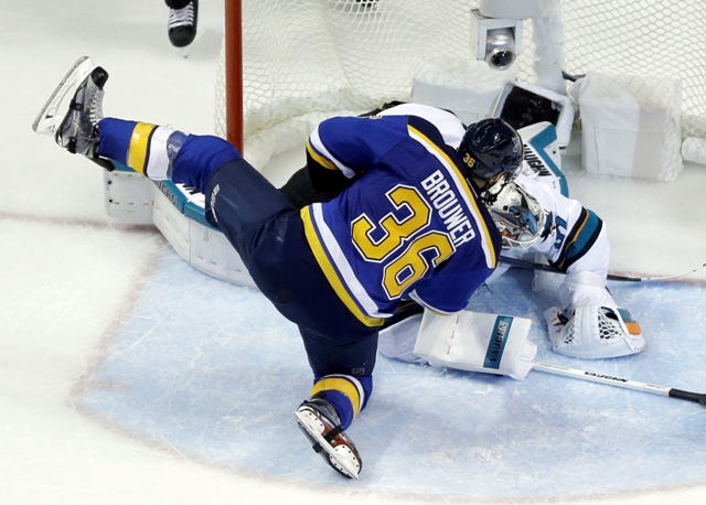 Brankár Sharks Martin Jones chytá šancu hráča Blues Troya Brouwera v druhom finálovom zápase Západnej konferencie NHL San José Sharks - St. Louis Blues