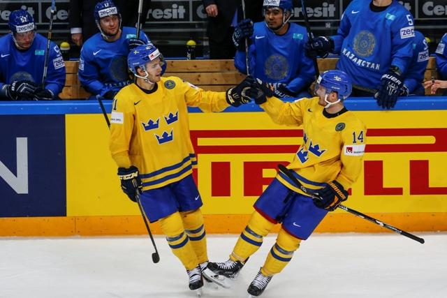 Na snímke švédsky hráč Gustav Nyquist (vpravo)