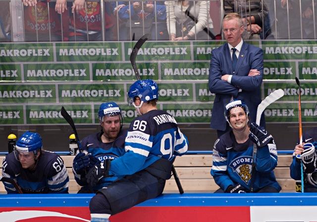 Na snímke hore tréner hokejistov Fínska Kari Jalonen