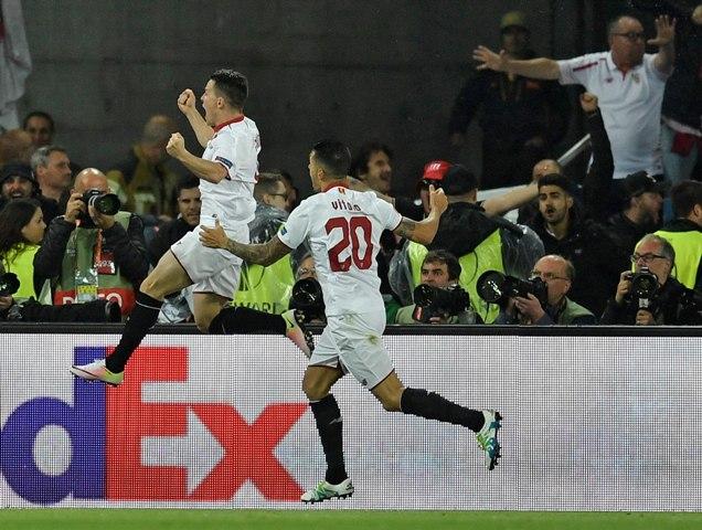 Futbalista FC Sevilla Kevin Gameiro (vľavo) sa teší po strelení vyrovnávajúceho gólu na 1:1 vo finálovom zápase Európskej ligy FC Liverpool - FC Sevilla