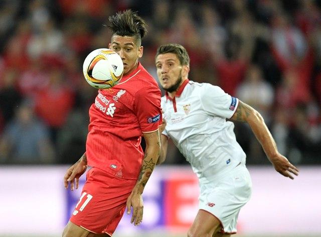 Futbalista FC Liverpool Roberto Firmino (vľavo) a hráč FC Sevilla bojujú o loptu vo finálovom zápase Európskej ligy FC Liverpool - FC Sevilla