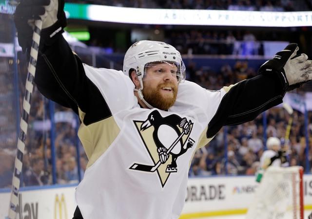 Na snímke hráč Penguins Phil Kessel oslavuje svoj gól v treťom zápase finále play off Východnej konferencie hokejovej NHL Pittsburgh Penguins - Tampa Bay Lightning