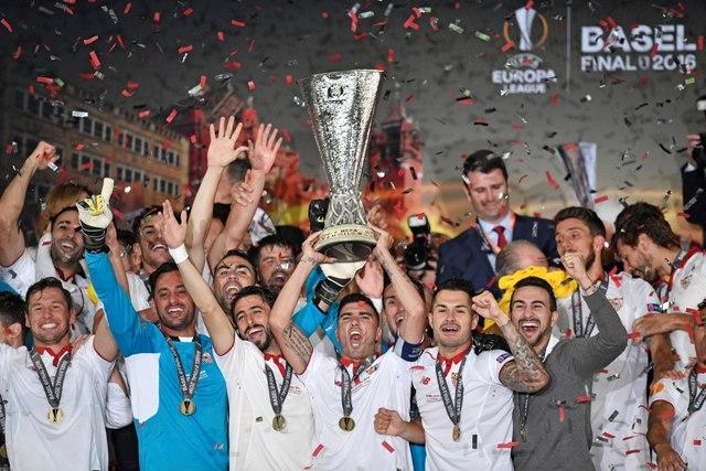 Hráči FC Sevilla oslavujú s pohárom UEFA víťazstvo 3:1 vo finálovom zápase Európskej ligy FC Liverpool - FC Sevilla na štadióne Sv. Jakuba v Bazileji