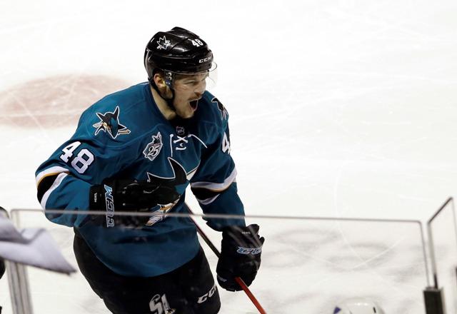 Na snímke český center Sharks Tomáš Hertl oslavuje gól v treťom zápase finále play off Západnej konferencie hokejovej NHL San Jose Sharks - St. Louis Blues (3:0)