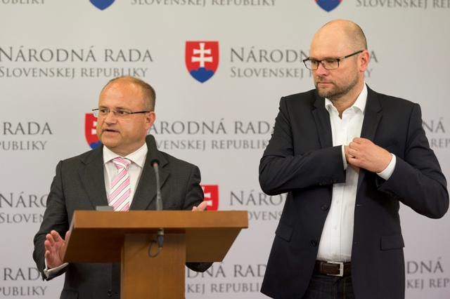 Na snímke predseda SaS Richard Sulík (vpravo) a podpredseda SaS Jozef Mihál (vľavo)