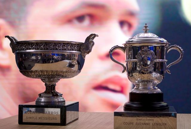 Poháre pre víťazov mužskej dvojhry (vľavo) a dvojhry žien počas žrebovania grandslamového tenisového turnaja Roland Garros v Paríži