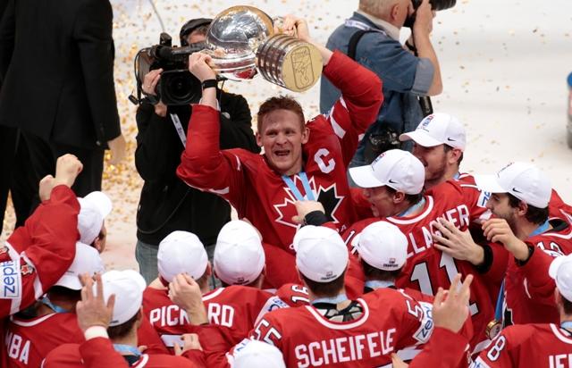 Na snímke kapitán kanadského tímu Corey Perry s trofejou oslavuje titul