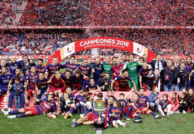Futbalisti FC Barcelona pózujú po zisku španielskeho pohára Copa del Rey na madridskom štadióne Vicenteho Calderona