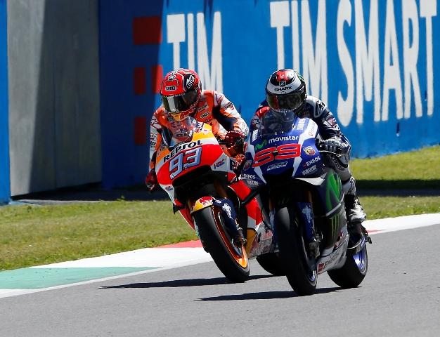 Španielsky jazdec tímu Yamaha Jorge Lorenzo (vpravo) prechádza cieľom pred svojím krajanom Marcom Marquezom (Honda) v  triede MotoGP na Veľkej cene Talianska na okruhu Mugello pri Scarpenii