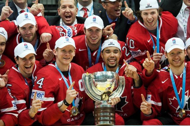 Na snímke hokejisti Kanady pózujú s trofejou majstrov sveta po tom, ako zvíťazili vo finále 80. MS v Rusku nad Fínskom 2:0 a obhájili titul