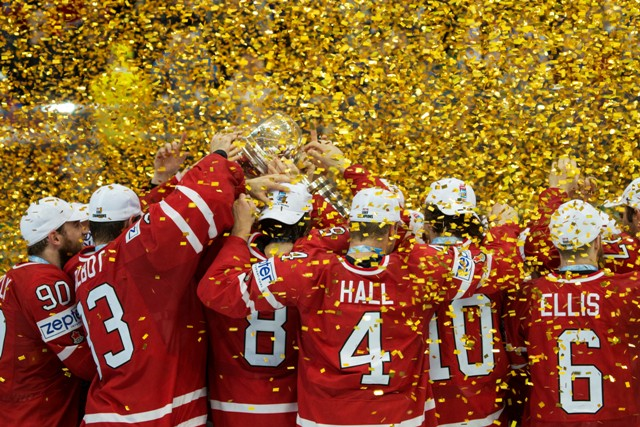 Na snímke hokejisti Kanady oslavujú titul  majstrov sveta po tom, ako zvíťazili vo finále 80. MS v Rusku nad Fínskom 2:0