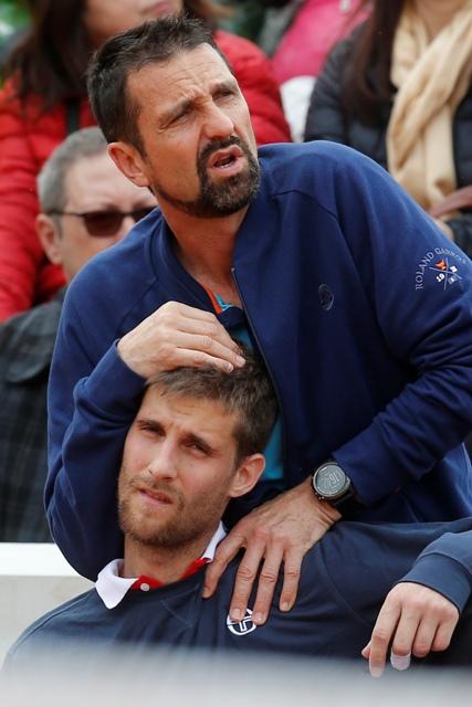 Slovenský tenista Martin Kližan počas ošetrenia v zápase proti Japoncovi Tarovi Danielovi v 1. kole dvojhry na grandslamovom turnaji Roland Garros v Paríži