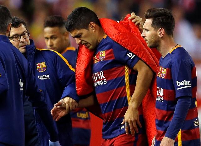 Zranený futbalista FC Barcelona Luis Suarez (uprostred) odchádza z ihriska vo finálovom zápase o španielsky pohár Copa del Rey FC Barcelona - FC Sevilla