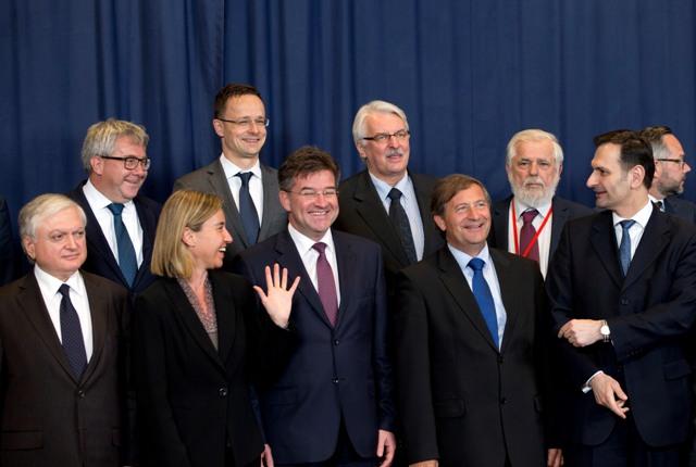 Na snímke dole uprostred minister zahraničných vecí a európskych záležitostí SR Miroslav Lajčák sa rozpráva s vysokou predstaviteľkou EÚ pre zahraničné veci Federicou Mogheriniovou (druhá zľava) počas pózovania pre skupinovú fotografiu účastníkov zasadnutia Rady EÚ pre zahraničné veci v Bruseli